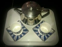 茶杯和水壶乐趣和放松 免版税库存照片