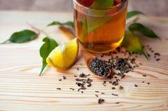 茶杯用在一张木桌上的柠檬 图库摄影