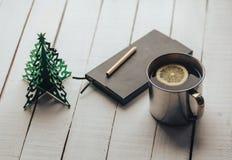 茶杯用柠檬、笔记本、铅笔和圣诞节装饰 thtranquil心情 免版税库存图片