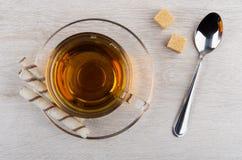 茶杯,有奶油的管在茶碟,多块的糖 库存照片