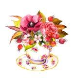 茶杯-秋叶,玫瑰色花,莓果 水彩 免版税库存照片