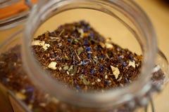 茶瓶子用草本 图库摄影
