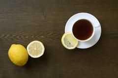 茶用在木板的柠檬 库存图片
