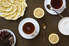茶用在木板的柠檬 免版税库存照片