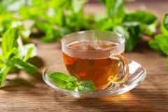 茶用在木桌上的薄菏 免版税库存图片