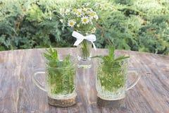 茶用在木桌上的薄菏 图库摄影