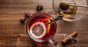 茶用在桌上的柠檬和othe香料 免版税库存图片