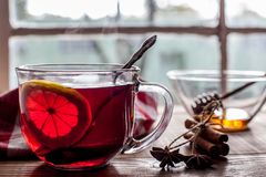 茶用在桌上的柠檬有窗口视图 免版税库存照片