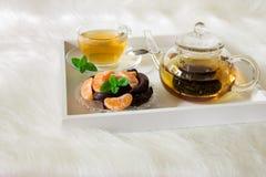 绿茶用在盘子的薄菏 免版税库存照片