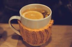 茶用姜和柠檬在被编织的杯子在咖啡馆 库存图片
