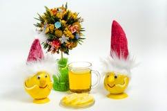 茶用柠檬和柠檬,在圣诞树下 免版税图库摄影