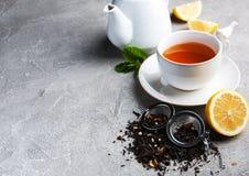 茶用柠檬和薄菏 免版税库存照片