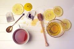 茶用柠檬和蜂蜜 在视图之上 库存照片
