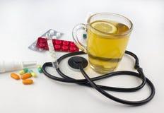 茶用柠檬,温度计,在白色背景病毒的片剂 库存照片