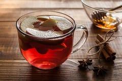 茶用苹果里面在桌上 图库摄影
