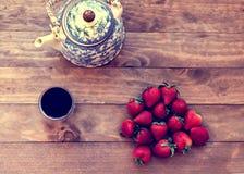 茶用草莓 免版税库存照片