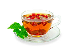 茶用莓和一片叶子在杯子 免版税库存图片