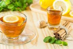 茶用薄荷的蜂蜜桂香和柠檬在木背景,温暖的t 库存图片