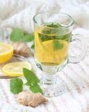 茶用薄菏和柠檬和姜 库存图片