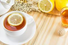茶用蜂蜜和柠檬在木背景,温暖定调子, selec 免版税库存照片