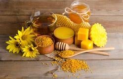 从茶的静物画、蜂蜜、蜡和花粉粒子 免版税图库摄影