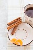 茶碟用桂香和蜜桔 免版税库存图片