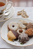 茶碟用被分类的饼干 库存图片