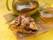 茶罐、一个苹果自创饼的片断在板材的,一个杯子新鲜的茶和秋叶 免版税库存照片