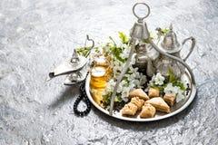 茶罐和玻璃,传统东方欢欣果仁蜜酥饼 回教 免版税库存图片