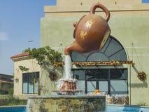 茶罐喷泉在广场 免版税库存照片
