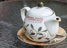 茶罐推挤热的茶 免版税库存图片