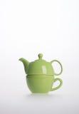 茶罐集合或瓷茶罐和杯子在背景 库存图片