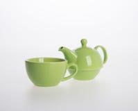 茶罐集合或瓷茶罐和杯子在背景 免版税库存图片