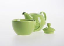 茶罐集合或瓷茶罐和杯子在背景 免版税库存照片