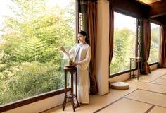茶艺术专家竹窗口中国茶道 免版税图库摄影