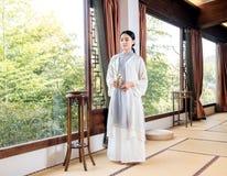 茶艺术专家竹窗口中国茶道 免版税库存照片