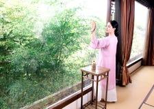 茶艺术专家竹窗口中国茶道 图库摄影