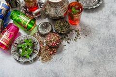 茶薄荷叶和玫瑰色花瓣 ramadan的kareem 免版税库存图片