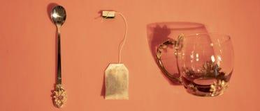 茶袋、杯子和匙子 免版税库存图片