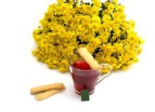 茶装饰用曲奇饼和黄色花o花束  免版税库存照片