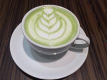 绿茶装饰用白色牛奶 图库摄影