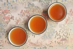 茶道三个杯子托起茶宏指令射击 库存照片