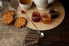 茶道用燕麦粥饼干和果酱 瓷水壶 免版税图库摄影