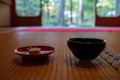 茶道的杯在寺庙 库存照片