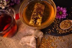 茶静物画、蜂蜜、蜂窝、蜡和花粉gran 免版税库存照片