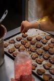 茶面团细节,用色的糖心脏的巧克力和装饰 免版税库存照片