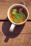 茶顶视图与无核小葡萄干叶子的在白色杯子 垂直的图象 库存图片