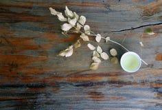 茶顶视图在杯子的有干燥分支和叶子的,在木桌上的浅褐色的颜色 库存图片