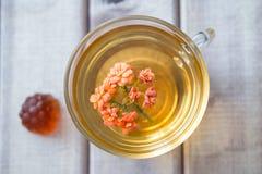 茶顶视图特写镜头与明亮的花的在木桌上用橘子果酱 与茶杯的静物画 免版税库存图片