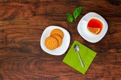 茶顶视图用干薄脆饼干曲奇饼 库存图片